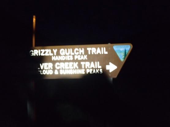 日の出前に出発。今日は右側のSilver Creek Trailへ。