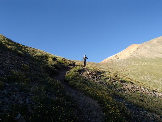 目指すRedcloud(赤っぽい頂)が少しだけ姿を現す。ようやく谷間に朝日が差し込む。