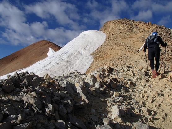 Redcloud Peak直前の山(Fake Peak)にまず登らなければならない。