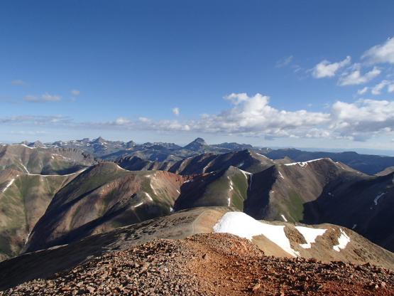 頂上から北を望む。Uncompagre(台形の山)が見える。