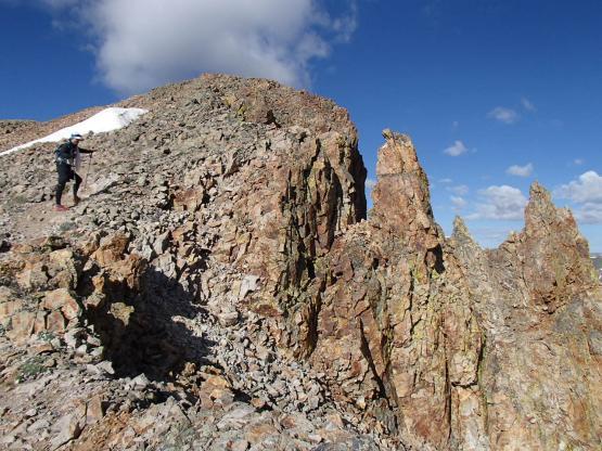 トレイル右側は見るも恐ろしい姿の岩いわがそそり立つ崖