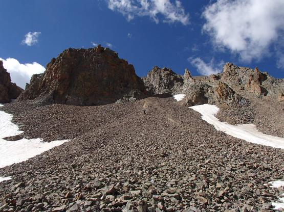 Talus(崖の下の、傾斜した浮石のかたまり)を滑り下る