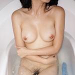 美乳女性の入浴ヌード画像
