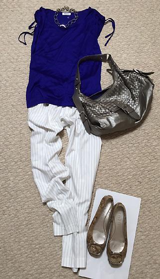 「ブルーTシャツ×ピンストライプ白パンツ」で爽やか夏の通勤コーデ