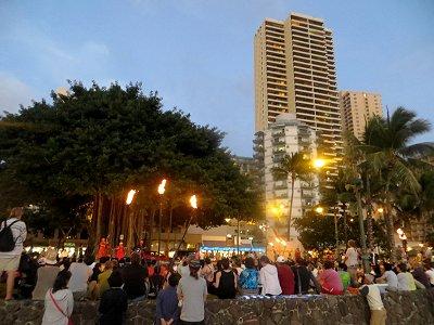 クヒオビーチのフラダンスショーは大人気downsize