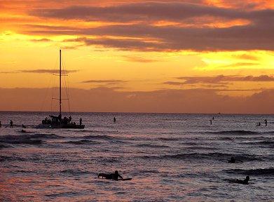 夕陽に鈍く輝くクヒオビーチの波REVdownsize
