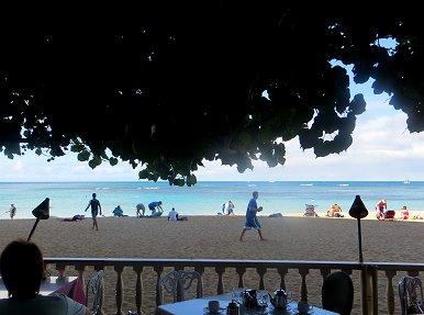 朝のビーチでのんびり過ごす人たちREVdownsize
