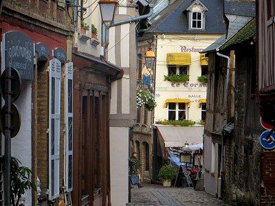 オンフルール:折り重なる軒先に時間がゆっくり沈殿した旧市街の風景downsize