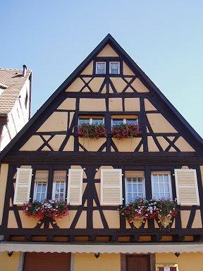 コルマー:木組みと壁色のコントラストが心地よいリズムREVdownsize