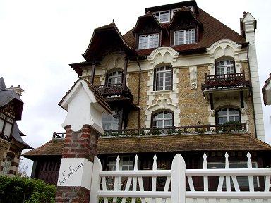 ドーヴィル:ノルマンディーの伝統家屋が多く残る街並みdownsize