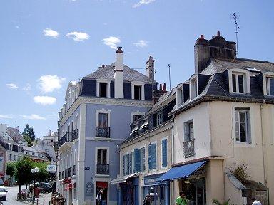 ベルイル:淡いブルーが空に映える瀟洒な建物downsize