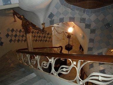 階段を降りるとカサ・バトリョを立体的に感じるdownsize