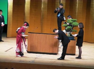 前田さんが代表して記念品を受ける