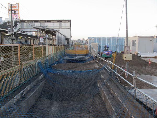 下り線ホーム裏手で行われている旧水路の埋め立て作業。