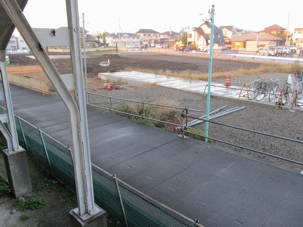 下り線ホームから旧水路(手前)と新水路(奥)を見る。