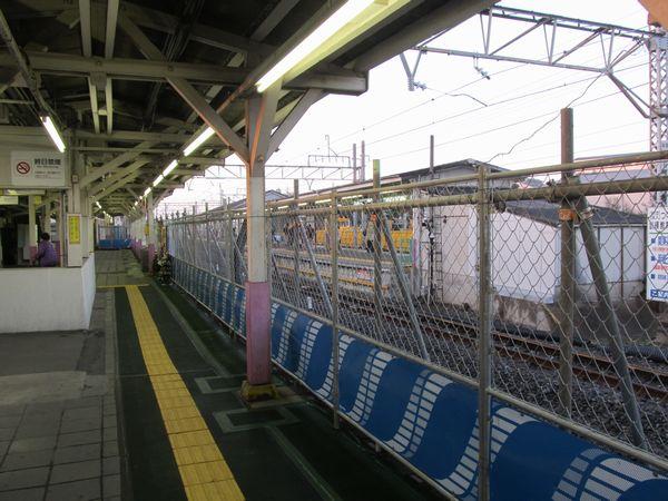 1番線ホームは通路も兼ねているため、線路側に柵を設置したのみでそのまま使用されている。