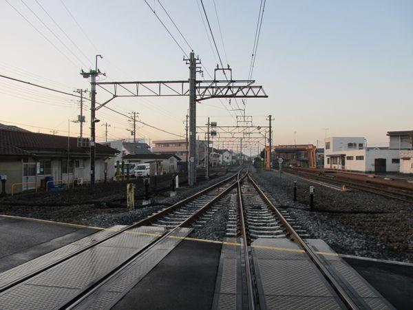 野田市駅大宮寄りにある踏切から大宮方面を見る。角度の大きい両開き分岐器に交換された。