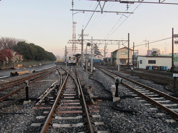 同じ踏切から駅構内を見る。左の保守機材用側線の分岐器は横取り装置になった。