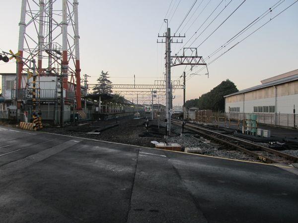 野田市駅柏寄りにある踏切から駅構内を見る。こちらも角度の大きい片開き分岐器に交換された。