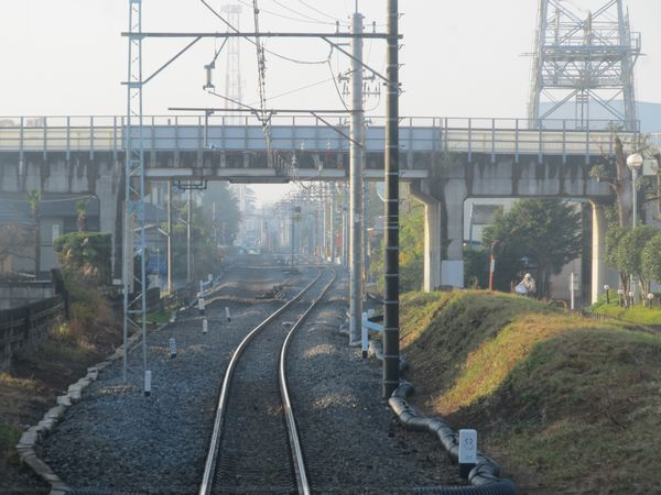 さらに梅郷駅に向かった地点陸橋手前から仮線区間。