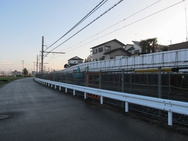 清水公園~愛宕間の中央では斜面を削って高架橋の建設スペースを作っている。