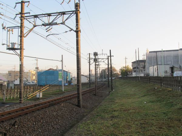 愛宕駅手前のカーブ付近は今のところ工事は行われていない。