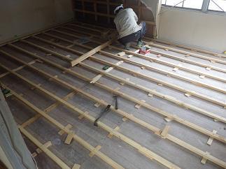 床の水平を作る