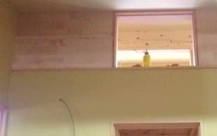 窓の額縁を拡大