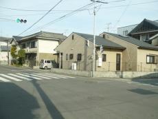駅近くの交差点