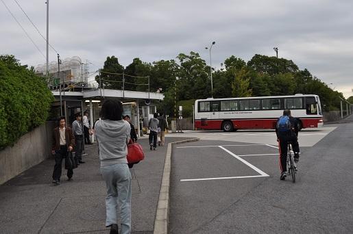 出退勤のトヨタ労働者と期間従業員らを乗せたバス