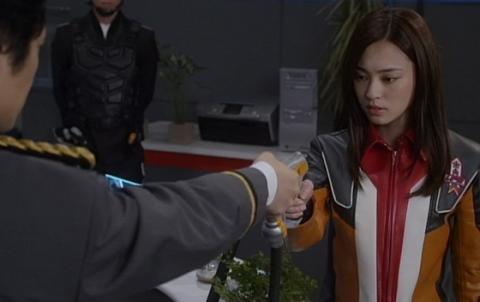ビクトリウムキャノンを撃つよう命じられるアリサ隊員