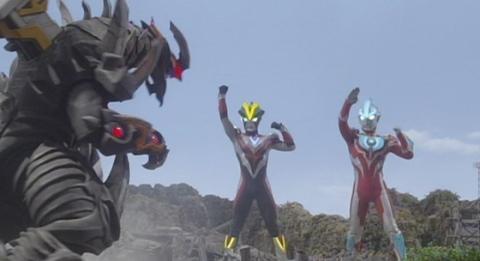 ビクトルギエルの前に立ちはだかる2人のウルトラマン