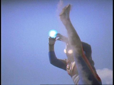 ウルトラフォークを投げるウルトラマンダイナ