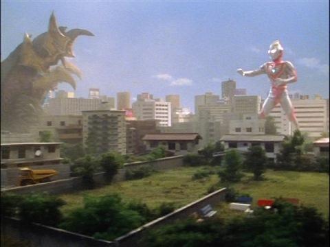 ウルトラマンガイアとコッヴの対決は、次回(第2話「勇者立つ」)へ持ち越し