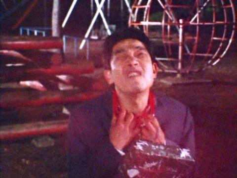 赤いガス(レッドクレイジーガス)を浴び、首に赤い鎖が付けられ、狂暴化する人々