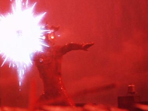 ウルトラマンレオのエネルギー光球でノーバを粉砕