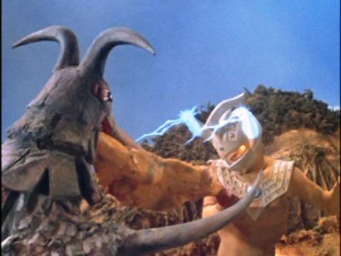 ボルケラーの胃袋をブルレーザーで妬き切るウルトラマンタロウ