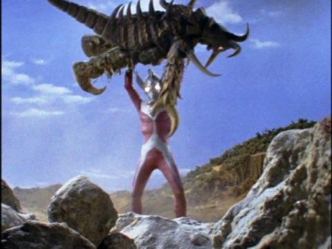 ボルケラーを抱え上げ、宇宙に放り投げるウルトラマンタロウ