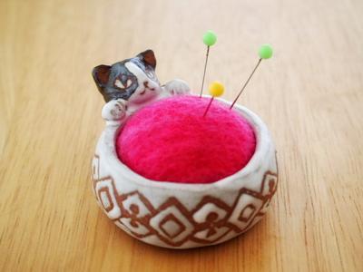 猫ピンクッションジロ1