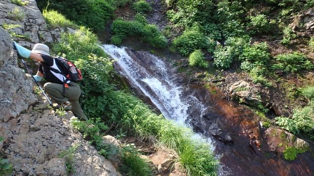 滝の脇を登る