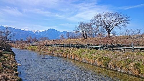わさび田の用水路と有明山