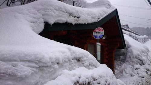 奥飛騨の雪に埋もれるバス停