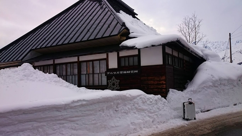 雪に埋もれるアルプス雪崩研究所