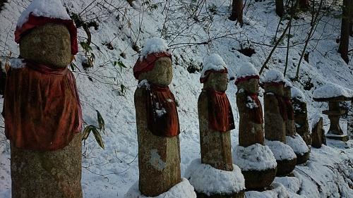 満願寺の雪を被ったお地蔵さん