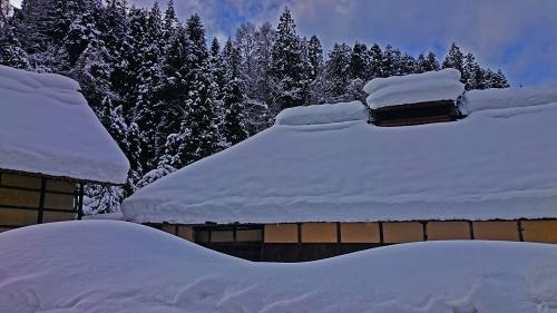 雪に埋もれる中村家住宅
