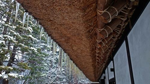 茅葺屋根の軒