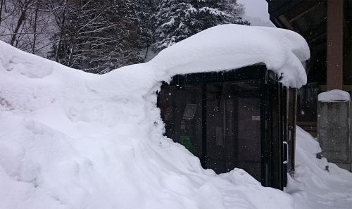 平湯料金所の雪に埋もれる電話ボックス