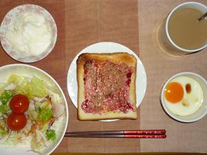 ブルーベリージャムトースト,サラダ(キャベツ、レタス、トマト)目玉焼き,オリゴ糖入りヨーグルト,コーヒー