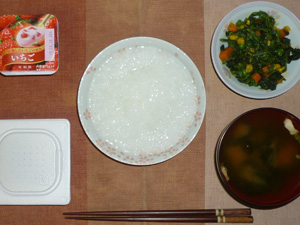 白粥,納豆,ほうれん草とミックスベジタブルのソテー,ワカメとブロッコリーのおみそ汁,ヨーグルト