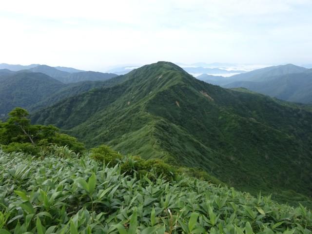 8月11日 一ノ峰から銚子ヶ峰を振り返る